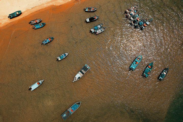 beach-boats-daylight-1440908